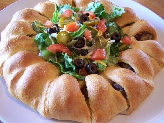 Ovaj prsten sa ćuftama oduševljava, zar ne? Ćuftice upakovane u pizza testo i poslužene sa salatom i umacima.