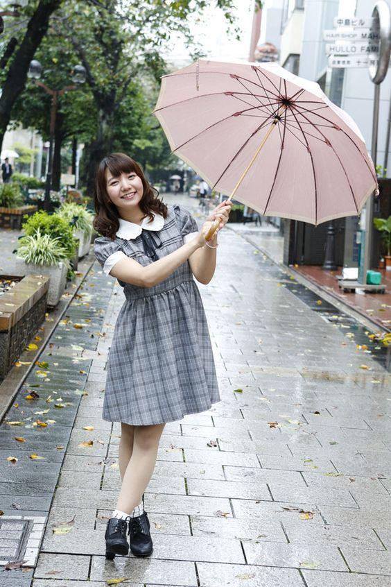 傘をさす和氣あず未さん