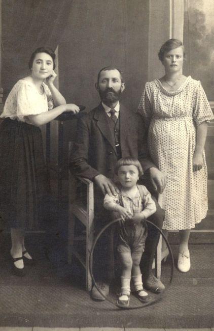La familia Rubitzstein en Chełm,1921. La histórica ciudad de Chełm, capital provincial en el distrito de Lublin –en la frontera oriental de Polonia- tenía una numerosa comunidad judía poseedora de una vibrante cultura ídish y hebrea, una amplia red educativa y una rica vida política y religiosa. Durante la Segunda Guerra Mundial los alemanes ocuparon Chełm y asesinaron a casi toda la comunidad judía.