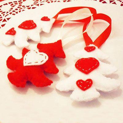 decorazioni in pannolenci rosso e panna con cuoricini per