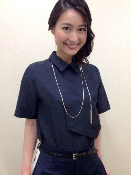 紺のワンピースにゴールドのロングネックレスをした小川彩佳のかわいい画像