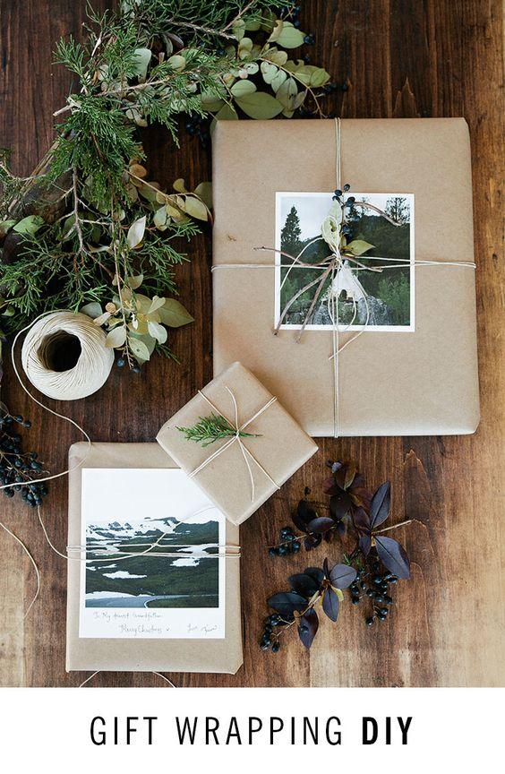 Packpapier mit Fotos oder schönen Karten und Grün. -- Gift wrapping DIY 101: The DIY guide to personalized presents and gift wrapping essentials. // Artifact Uprising