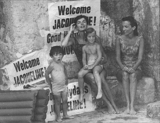 """L'8 agosto 1962 arriva a Ravello per una lunga vacanza Jacqueline Kennedy, accompagnata dalla piccola Caroline e dalla sorella, la principessa Lee Radziwill. Accolta in pompa magna dal sindaco, alloggiava a Villa Episcopio e per impedire ai curiosi di avvicinarsi era stata sgomberata la spiaggia sottostante. La First Lady era in Italia """"solo"""" per riposare e, con questa giustificazione, all'epoca aveva rifiutato i numerosi inviti del jet set italiano."""