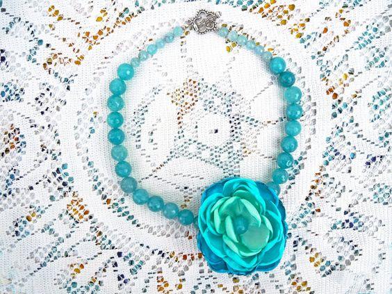 Collana angelite color acquamarina e fiore di stoffa fatto a mano, collana acquamarina, collana turchese, collana mare, collana angelite