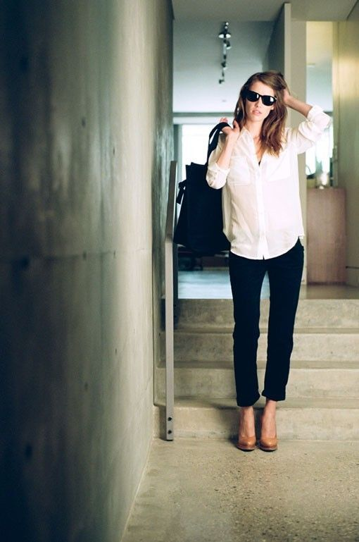 white oxford +black skinnnies+ nude pumps=chic simplicity