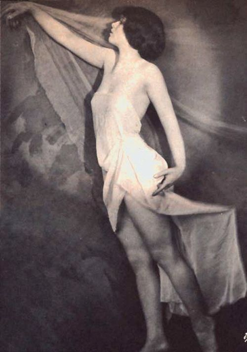 Rare photo of Clara Bow in 1923.