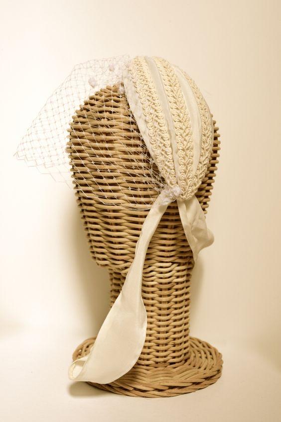 Turbante de crepe de seda con detalles de guipur y velo spot. #Novia #Headpiece #tocado