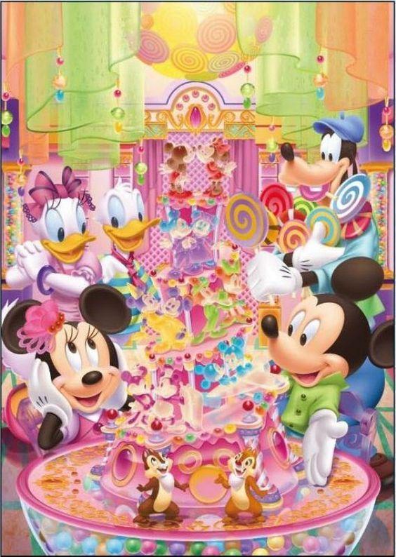 ケーキを見せるミッキーマウス