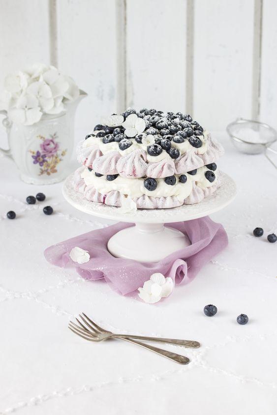 Pavlovatorte mit Heidelbeeren und Joghurt-Tonkabohnen-Creme