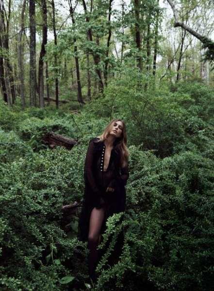 Девушки в лесу