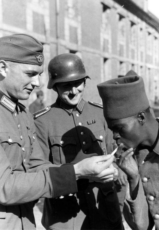Bundesarchiv Bild 121-0417, Französischer Kriegsgefangener mit Wachtposten - Vichy France - Wikipedia, the free encyclopedia