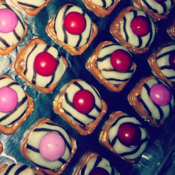 Day 17:: I'm thankful for all the delicious recipes all over pinterest :) these are pretzels, covered in chocolate, with a pretzel m&m on top, yuuuum <3