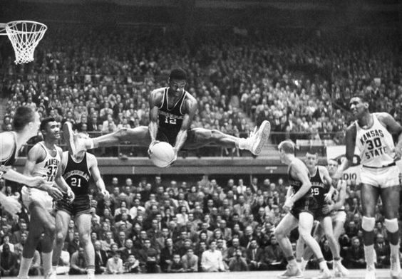 Oscar Robertson un joueur de basket-ball américain ayant évolué dans le championnat américain de la National Basketball Association de 1960 à 1974 au poste de meneur