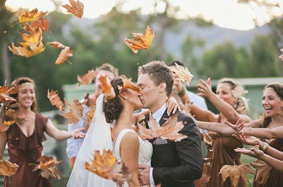 Herfstbaderen strooien. Zorg dat ze schoon zijn. Leuk idee voor een herfst bruiloft. #herfstbruiloft #bruiloft. a fall wedding: