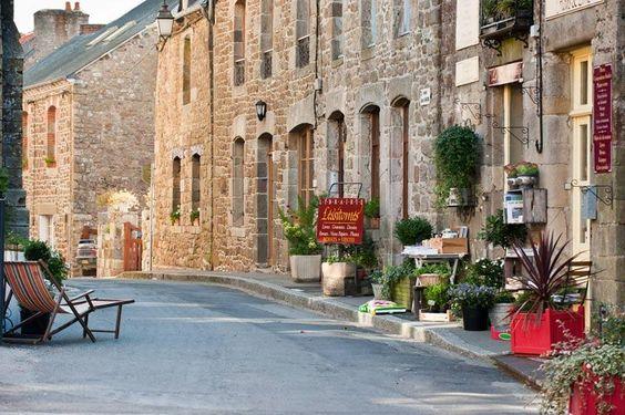 """Bécherel- Een charmant stadje met veel middeleeuwse straatjes. De boekenmarkt met oude boeken trekt elk jaar veel liefhebbers, maar ook boekverkopers en boekhandels. Neem de tijd om te wandelen op het plein van de Halles en in de tuin van Thabor voordat u de kerken en kastelen in de omgeving gaat bezoeken. Kasteel Caradeuc mag u niet overslaan met haar park """"Breton Versailles"""". De Iffs, de grote kerk in flamboyante gotische stijl, is waarschijnlijk de mooiste van de streek."""