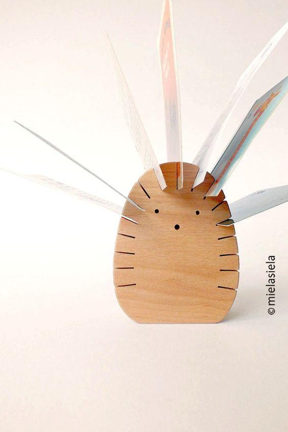 Schreibtisch organisieren: Holzigel für Fotos und Postkarten / organize workspace: wooden photo stand, hedgehog made by mielasiela via DaWanda.com