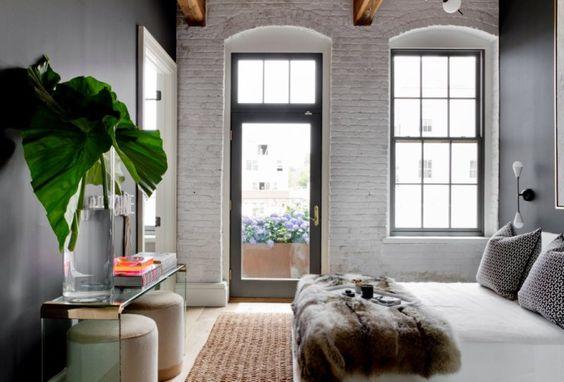 cegła malowana na biało czarne ściany