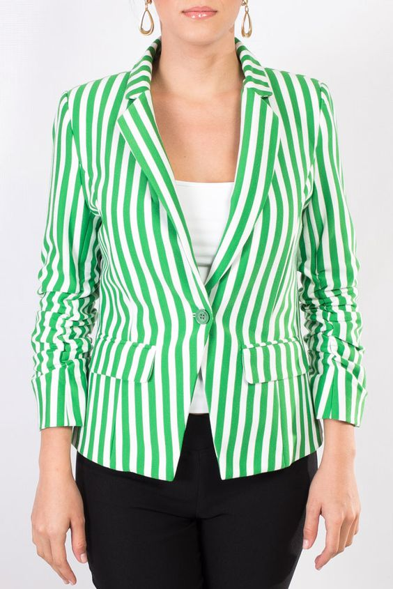 Chaqueta rayada en color verde, también disponible en color azul marino.