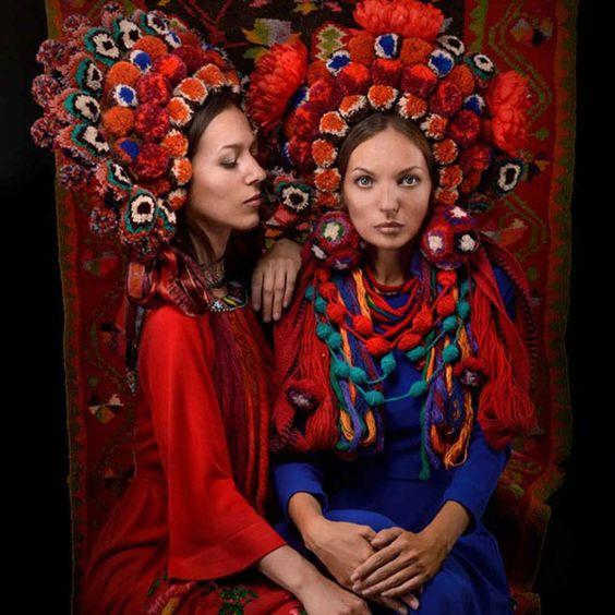 Украински жени празнуват националната гордост с зашеметяващите традиционни цветни корони