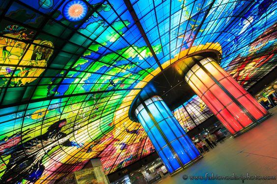 http://www.fabionodariphoto.com/wrp/formosa-boulevard-metro-piu-spettacolare-del-mondo/ ...Formosa Boulevard è semplicemente la stazione metro più spettacolare del mondo: 2180 metri quadrati e 4500 pannelli di vetro colorato sono solo alcuni...