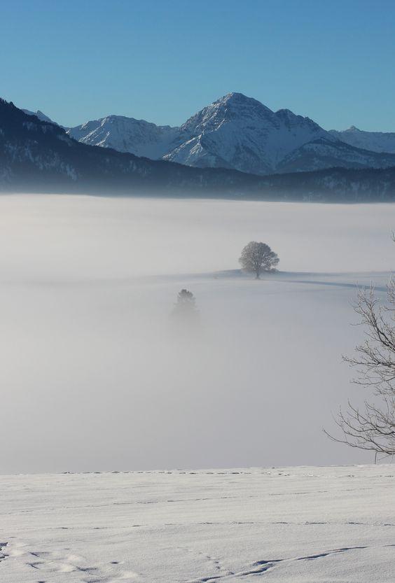 Eine faszinierende Morgenstimmung. Die Stadt Füssen und der Forggensee sind unter dem Nebel verborgen.