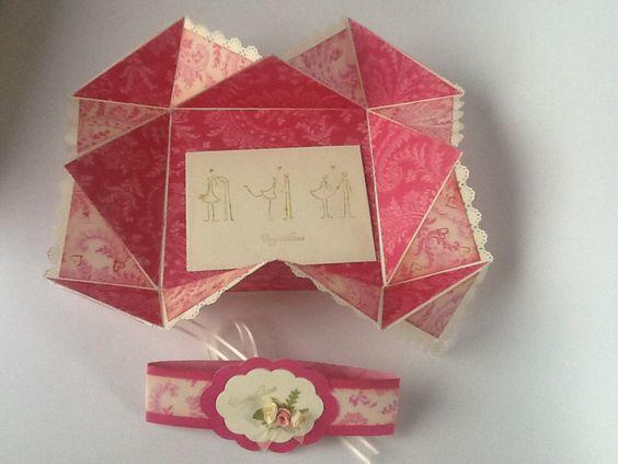 Este sobre regalo viene en una tarjeta tipo pañuelo que al abrirse se encuentra con un sobre y