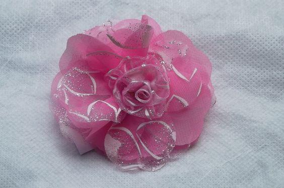 Flor em tecido de chiffon e organza com bordado impresso, na cor rosa. Acompanha bico de pato. R$ 9,00