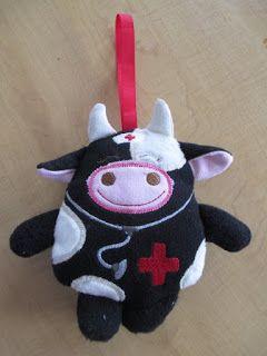 weidemamas: Schwarzbunte Kuh und pinke Tasche