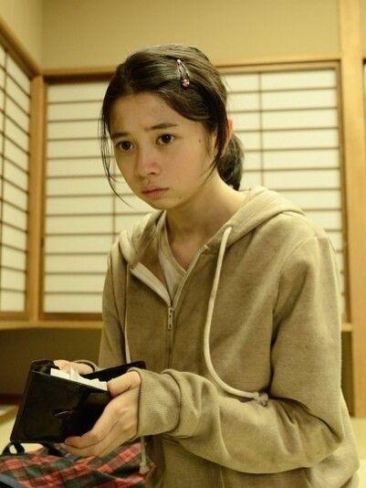 険しい表情の桜田ひより