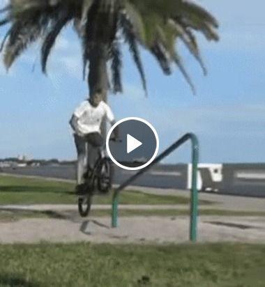 Garoto faz um bela acrobacia com sua bicicleta