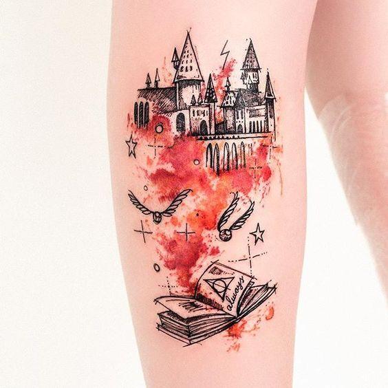 Robson Carvalho (@robcarvalhoart) on Instagram: De presente de Natal ganhei a oportunidade de tatuar essa semana um desenho do meu Sketchbook q gosto muito, o Castelo do Harry Potter, que fiz inspirado nas cores de Grifnoria, na perna da Iara! @iara_sueroz mais uma vez obrigado pela escolha dos desenhos e por ter aguentado firme. ❤️ boas festas #harrypotter #hogwarts #aquarela #watercolor #hp #tatuagem