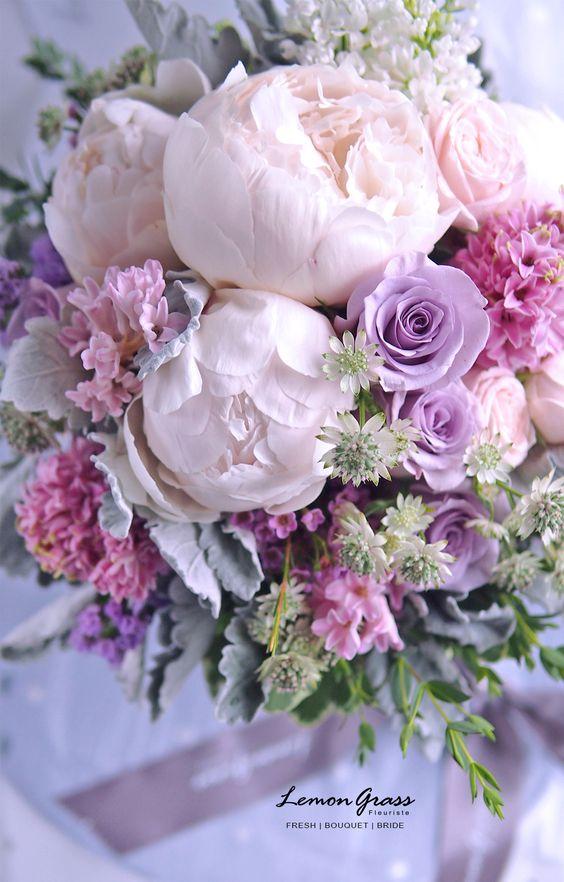 柔美的粉色 PASTEL & CREAM love so much for the color tone!! 昨日是婚禮日子,新娘子Queenie Long婚禮用了 Lemongrass 花球,鮮花設計以大牡丹做主花,超靚!紫玫用了ocean song,試過不同紫玫最愛顏色還是它,加上cream pink 細garden rose,花球色系配搭好柔美。 Pastel色系好易襯,也可以做出好多不同配搭,少許色系變化也會做到不同的感覺效果。希望之後嘗試更多~