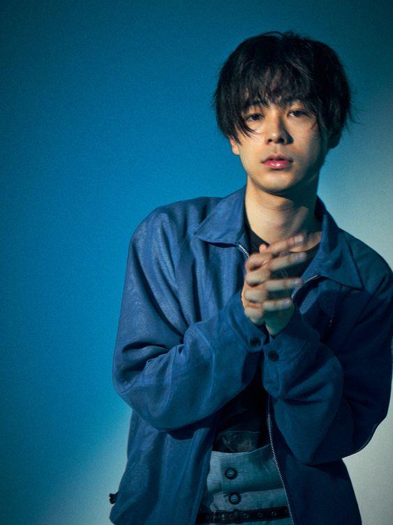 お願いしているようなポーズの成田凌のかっこいい高画質画像