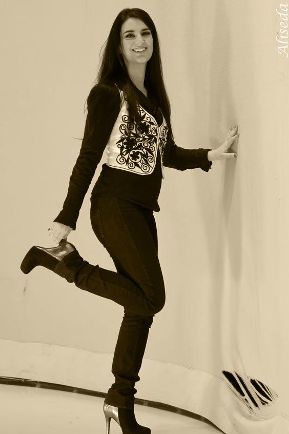 "Elvira Carcedo Serrano en el programa ""68 pasos"" de canalplus luciendo botines Exé Shoes."