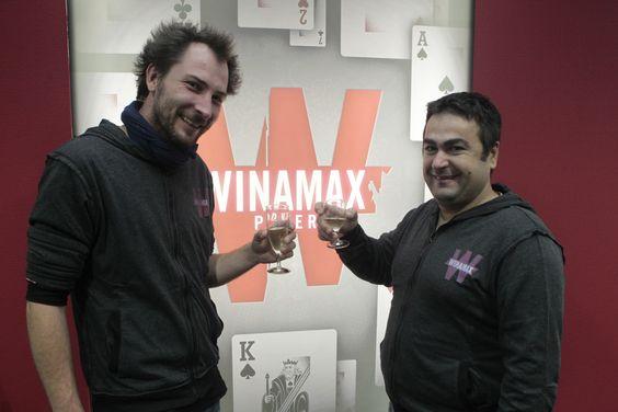 #ASSE - Les deux vainqueurs du tournoi Golden Barre posent devant un kakemono #Winamax. #poker #football