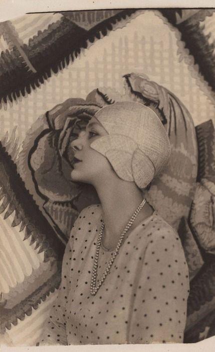 Doris Zinkeisen: New Idea portrait with patterned background (1929) by Harold Cazneaux.