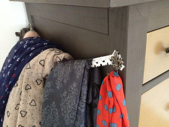 Détail du porte foulard - vieux crochets chinés chez mamie ;) et de la dentelle.