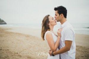 Sesión de fotos de pareja en primavera en la playa en barcelona (15)