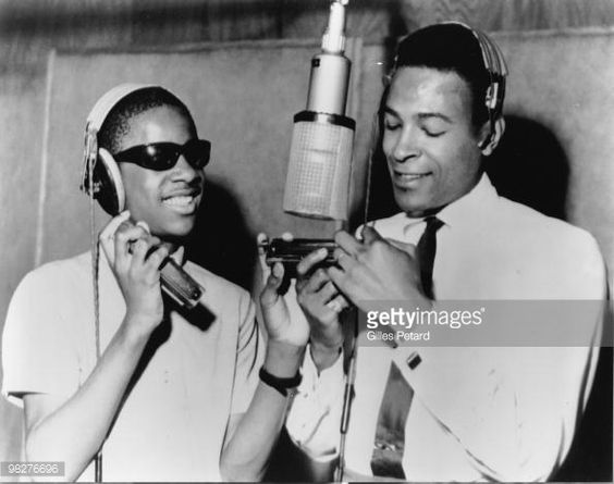 Photo d'actualité : Stevie Wonder and Marvin Gaye around a microphone...