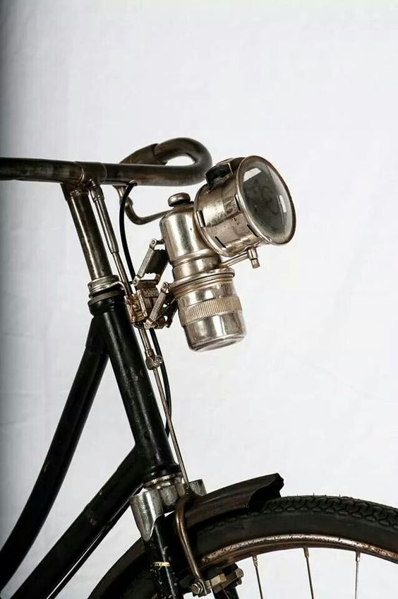Vintage headlamp on a 1921 Gloria