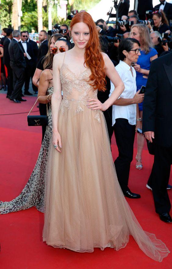 L'actrice Barbara Meier a illuminé le tapis rouge la semaine au Festival de Cannes dans une création aérienne signée Yolan Cris.  #redcarpet #cannes #stars #cinema #inspiration #couture #luxe #yolancris #mode #fashion