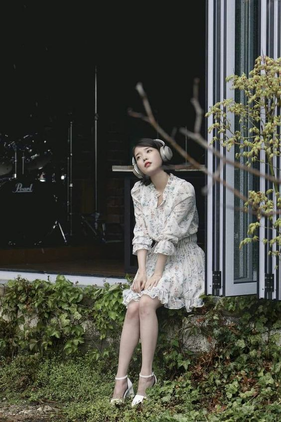 IUお庭でかわいい音楽を聴く姿