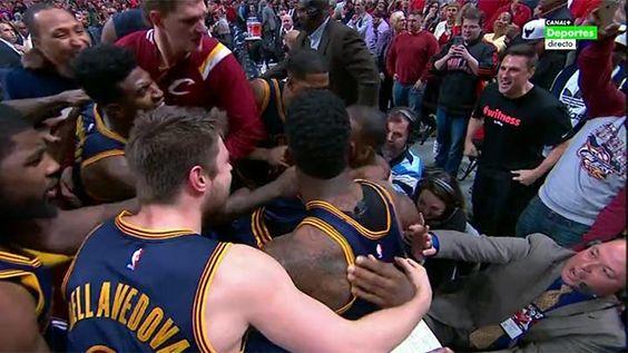 Increíble. Otra canasta sobre la bocina. LeBron le da la victoria a los Cavs, que empatan la serie. #TiempoDePlayoffs