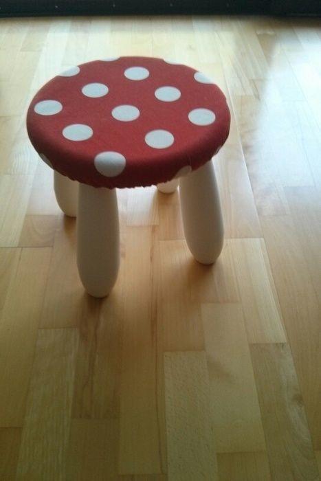Kleine IKEA Kinderstühle mit rot-weißem Stoff beziehen und fertig sind die kleinen Fliegenpilze fürs Kinderzimmer! #diy #ikea #hack