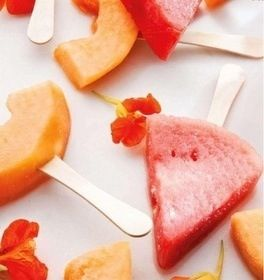 Gisteren las ik dat het zomerse weer er nu echt aan komt. Eindelijk! Gelijk maar een aantal ijsjes gemaakt, dan grijp ik niet mis. Peren, aardbeien, mango, kokosmelk en een beetje munt en bevroren watermeloen is ook lekker. IJsjesvormpjes kun je kopen bij de Blokker en bij de Xenos. IJsblokjeshouders werken ook prima, dan heb je er wel een aantal nodig. IJsjes maken: suiker- gluten-en lactosevrij Mango Schil de mango, doe alles in de keukenmachine, staafmixer of blender, beetje water erbij…