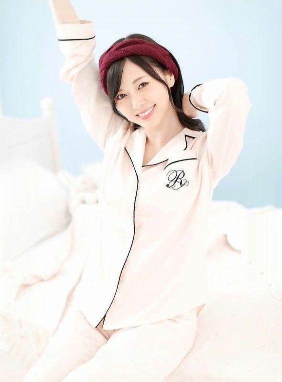 パジャマでベッドに座る白石麻衣
