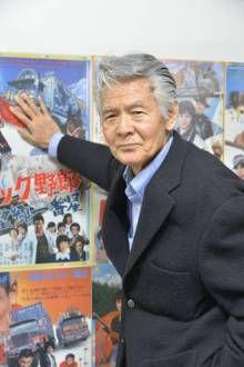 過去のポスターになつかしむ菅原文太