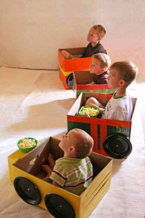 Na infância vivemos em um mundo de sonhos, podemos imaginar um universo todo novo. Por isso para uma criança basta uma caixa de papelão e muita criatividade para fazer uma festa! Aqui separamos algumas ideias para inspirar os papais e mamães a colocar a mão na massa e entrar na brincadeira com os pequenos.  Para fazer um carrinho, recorte a tampa, desenhe a placa e as janelas, e use pratos descartáveis como rodas.: