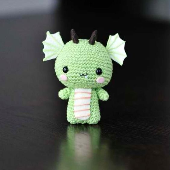 someone who knows how to crochet *cough* that would be you Erin Lowe, *cough*... make me some dragons!!! please!!!