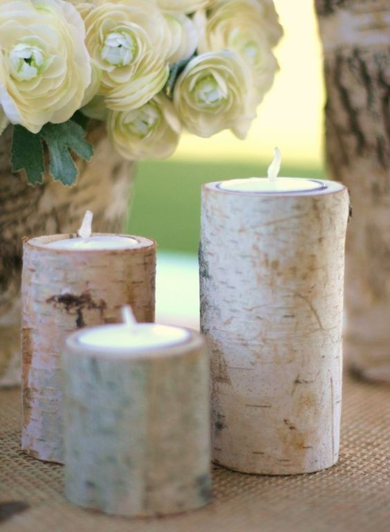 ... - porte-bougies en troncs de bouleau sur une nappe en toile de jute